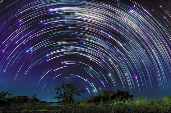 斗转星移犹如异界之门敞开。这些星迹图是摄影师Justin Ng在新加坡花费了两年时间收集的,拍摄手法是通过长时间曝光以抓取夜空中恒星运动的轨迹。它们生动地向我们展示了何谓斗转星移,也为不停运动和变化的地球和宇宙提供了一层感性上的认识。