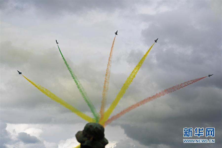 (國際)(4)中國空軍八一飛行表演隊精彩亮相新加坡航展