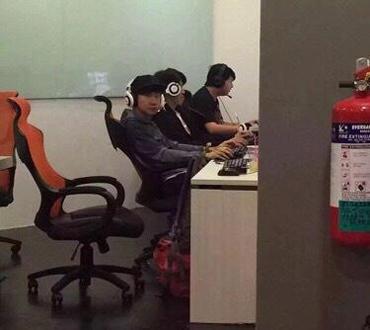 網癮boy?林俊傑新加坡現身網吧打遊戲