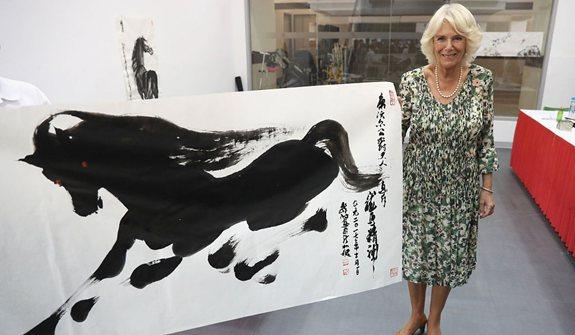 英國查爾斯夫婦出訪新加坡 卡米拉雅興大發揮墨作畫