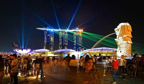 新加坡滨海湾举行灯光秀 炫彩夺目