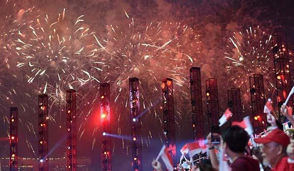 新加坡舉行國慶54周年慶典 煙花布滿夜空